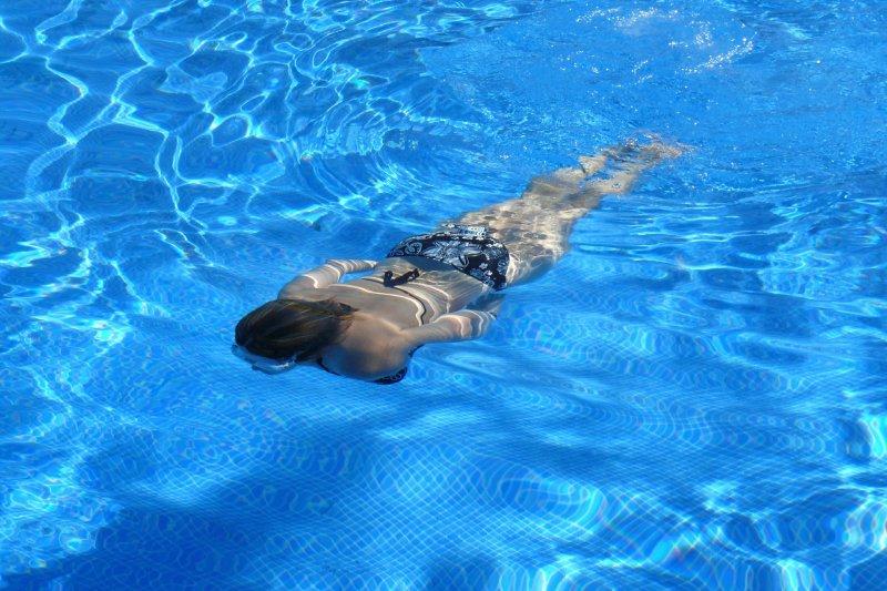 Frau schwimmt im Wasser